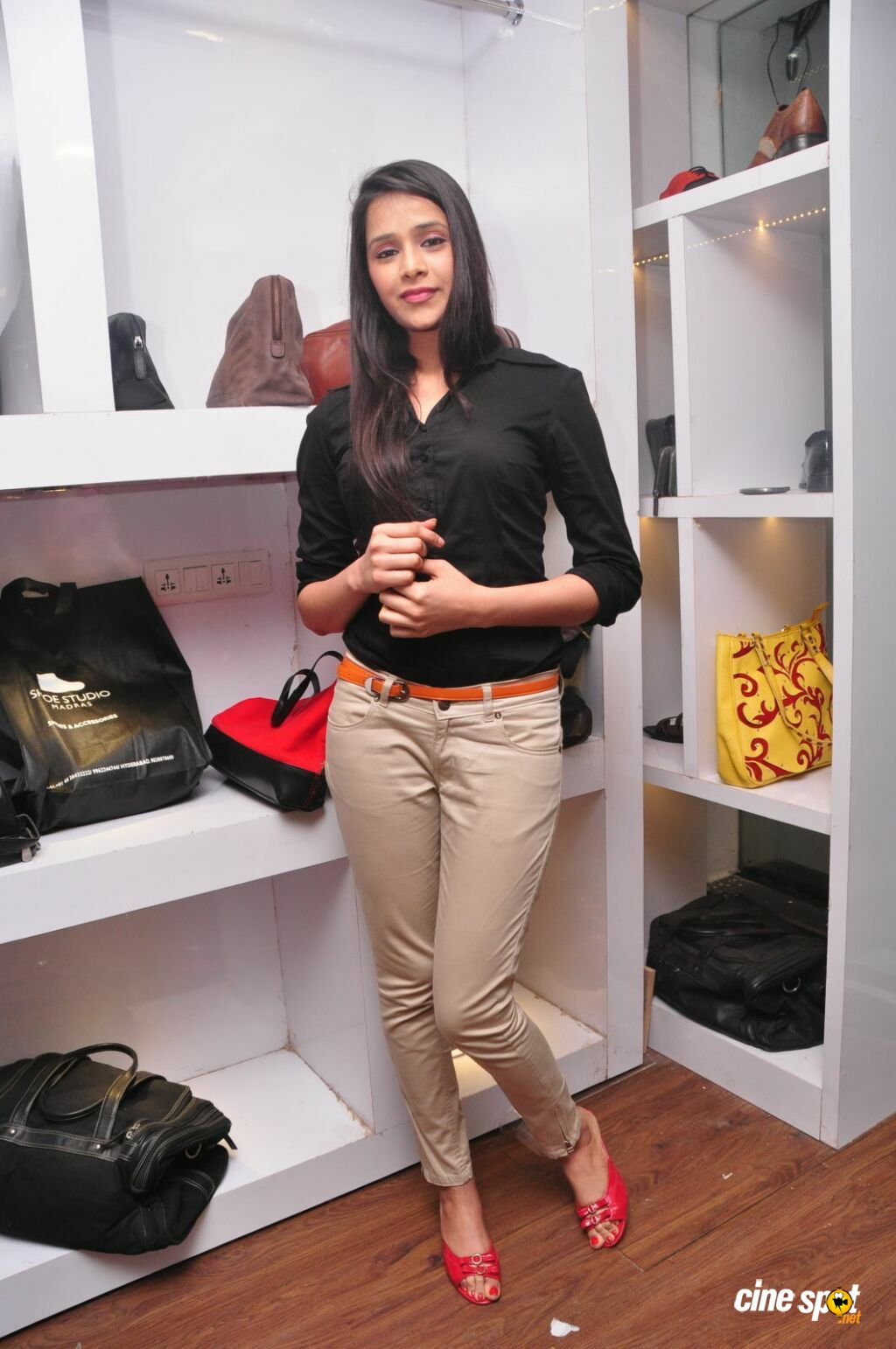 Kritika Singhal at Dil Diwana Team Visit Shoe Studio Madrasi (22)