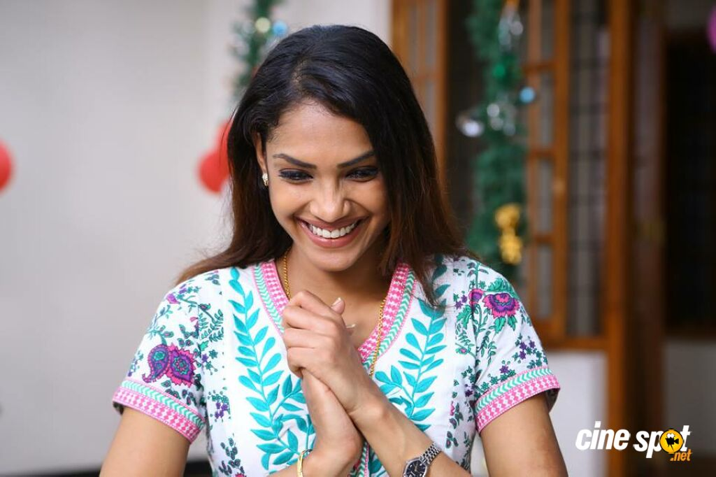 Shruthy Menon in John Paul Vaathil Thurakkunnu (3)