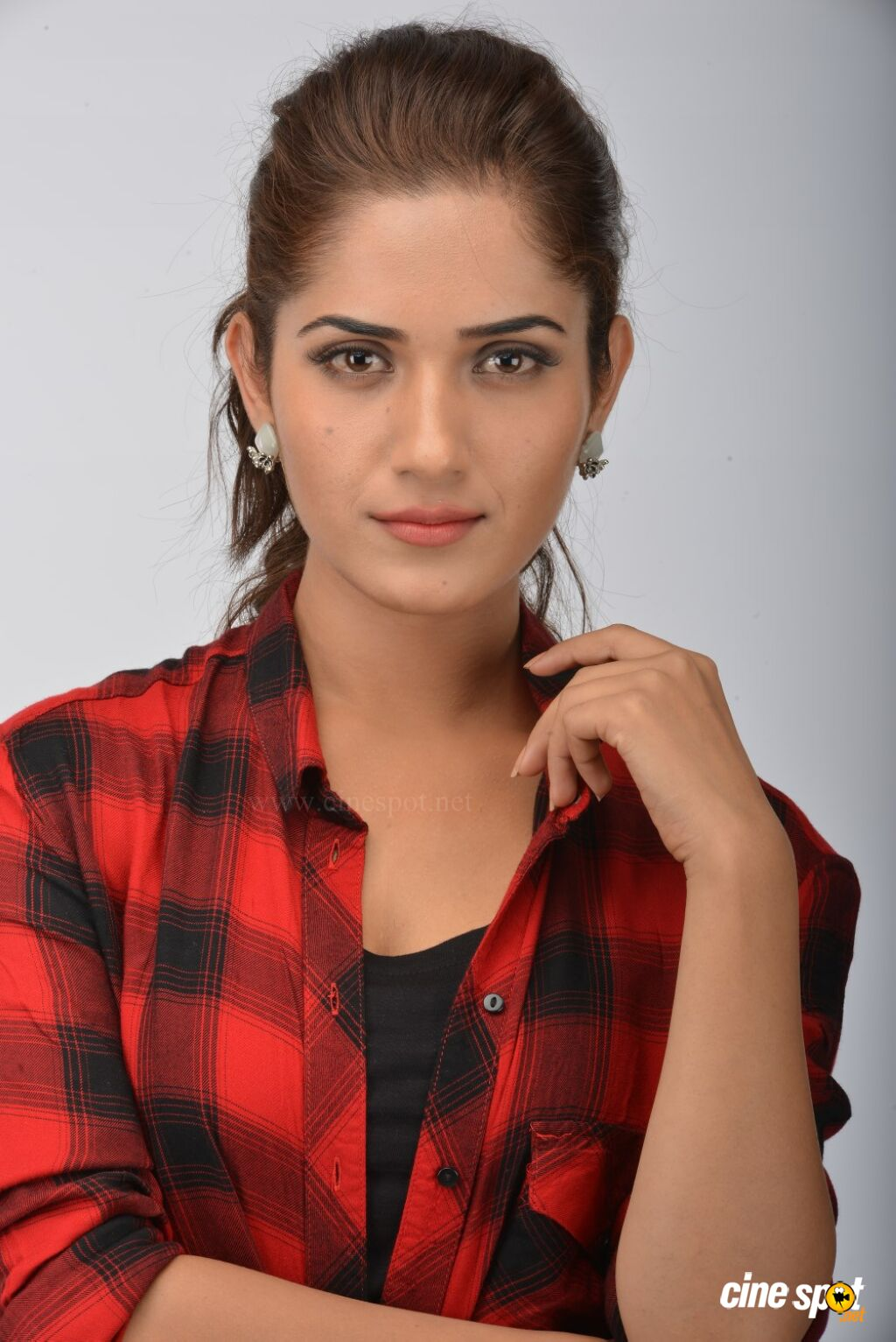 Kadaisi Bench Karthi Actress Ruhani Sharma (2)