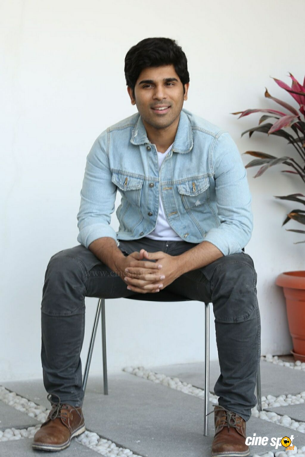 Okka Kshanam Hero Allu Sirish Interview Photos (8)