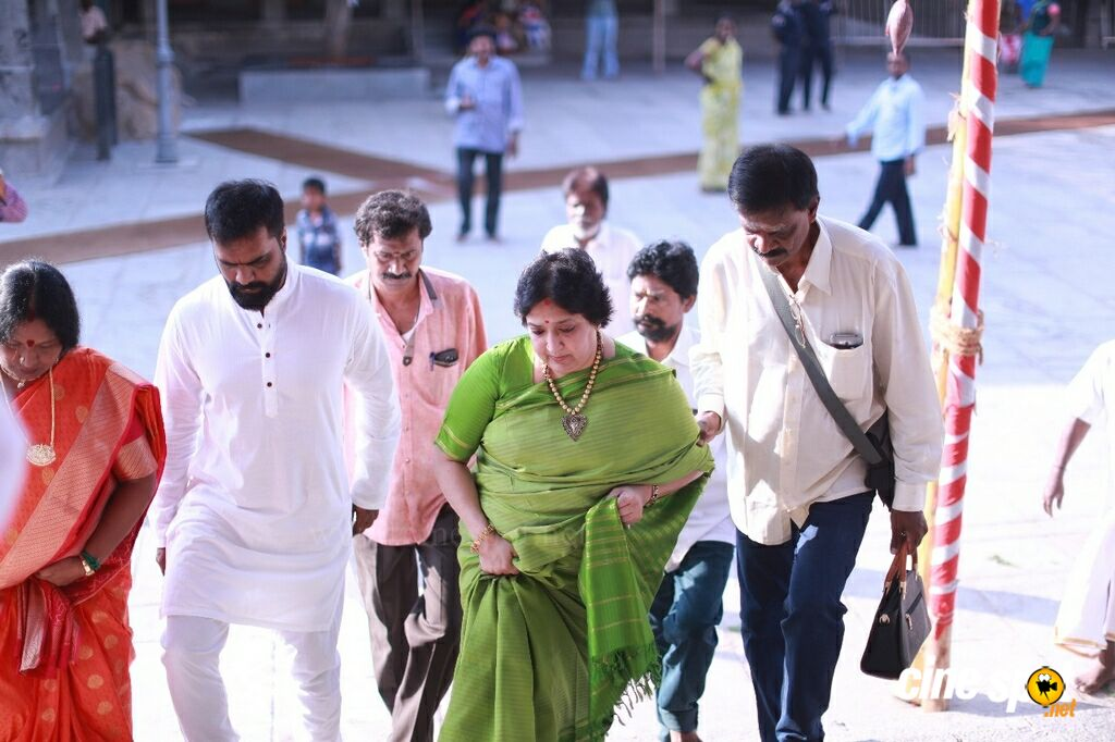 Latha Rajinikanth At Kanchipuram Temple (5)