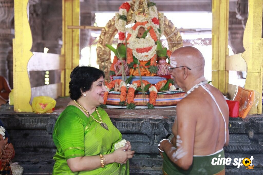 Latha Rajinikanth At Kanchipuram Temple (9)