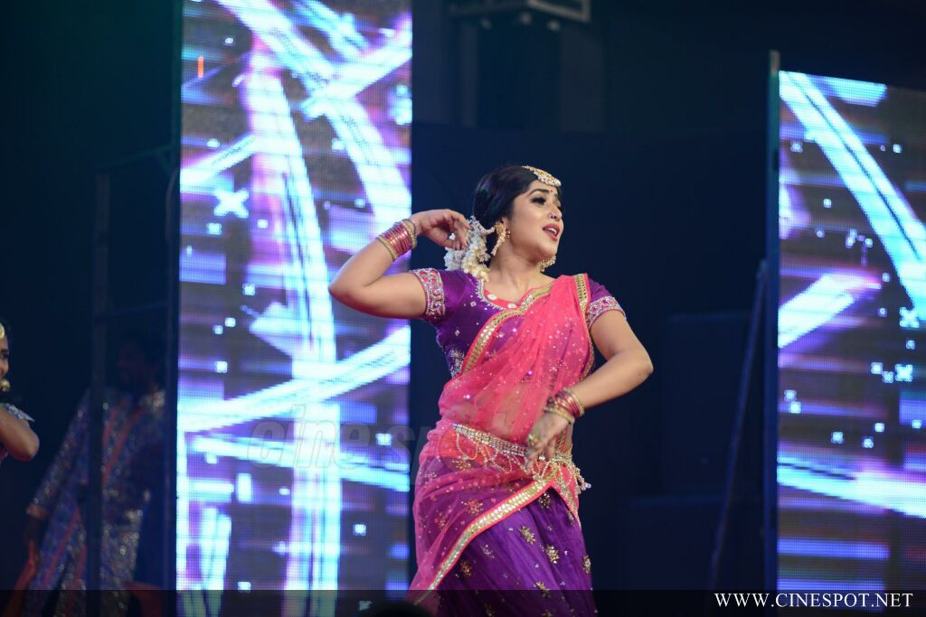 Shamna Kasim Dance Performance in Queen of Dhwayah 2018 (11)