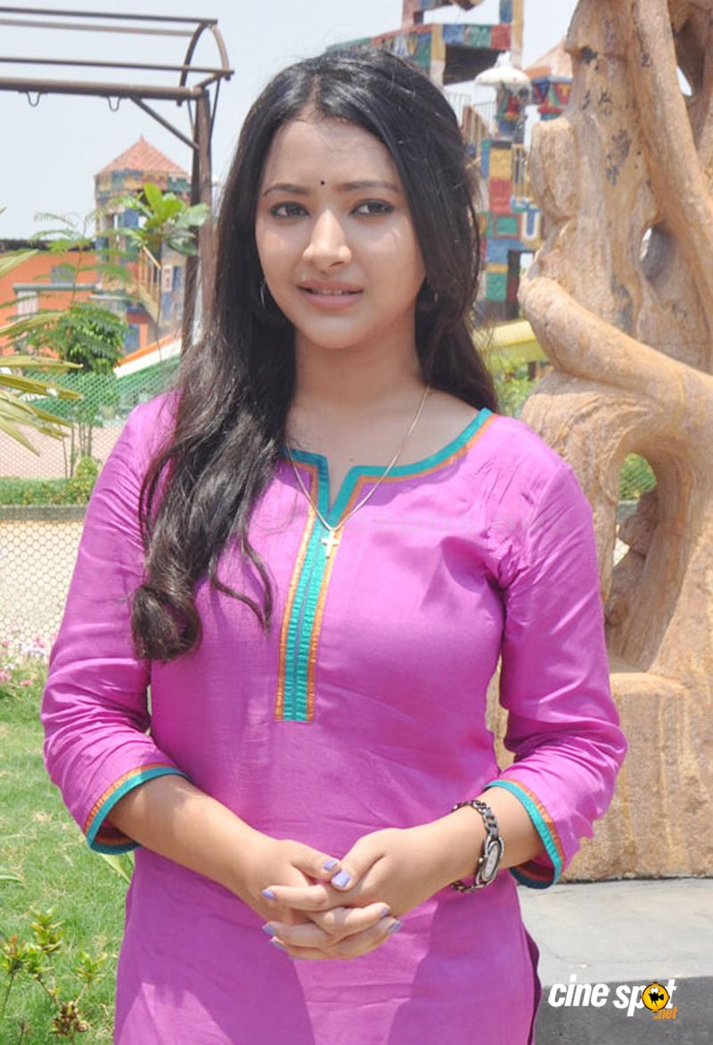Shweta basu prasad new photos (5): www.cinespot.net/gallery/v/South+Cinema/Actress/Shweta+basu+prasad...
